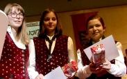 Esther Keller und Leonie Dünkel empfangen beim Jahreskonzert das Leistungsabzeichen in Bronze.