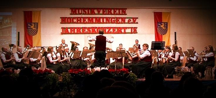 Musikverein Hochemmingen in traditioneller Tracht.
