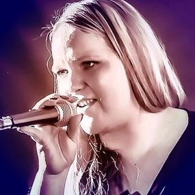 Daniela Maroulis als Sängerin